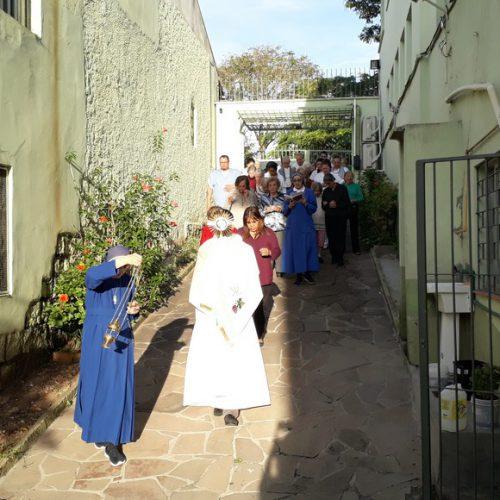 Procession de Notre Dame Apparecida dans la cour du Centre Solar Monte Libano le 12 Octobre 2018.